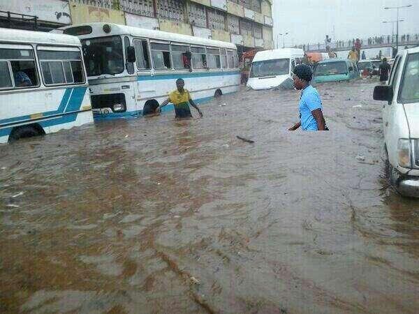 Accra, la capitale del Ghana, allagata dopo violenti piogge