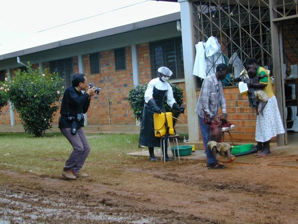 Il fotografo giapponese Nakano Tomoaki fotografato da Massimo Alberizzi a Gulu, in Uganda, durante la terribile epidemia di ebola nel 2000
