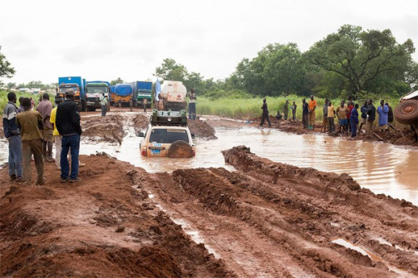 Una strada nel Sud Sudan durante il periodo delle piogge