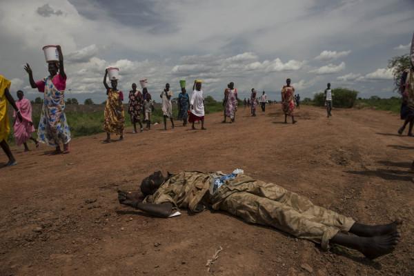 Un'atroce immagine della guerra in Sud Sudan: l'indifferenza di fronte alla morte
