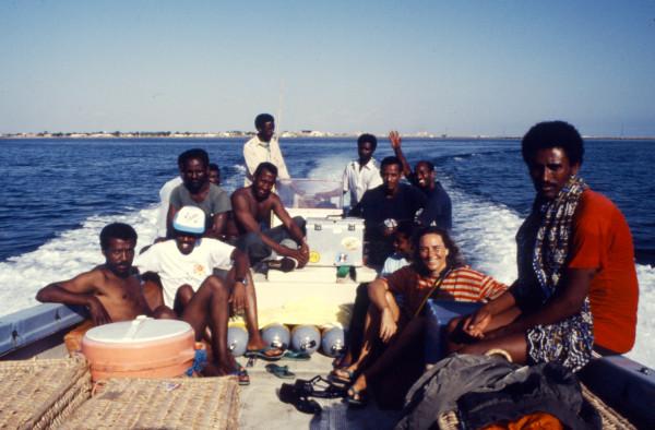 Dania Avallone e i ragazzi dell'istituto oceanografico di Massawa. Accucciato con il cappellino, Petros Solomon