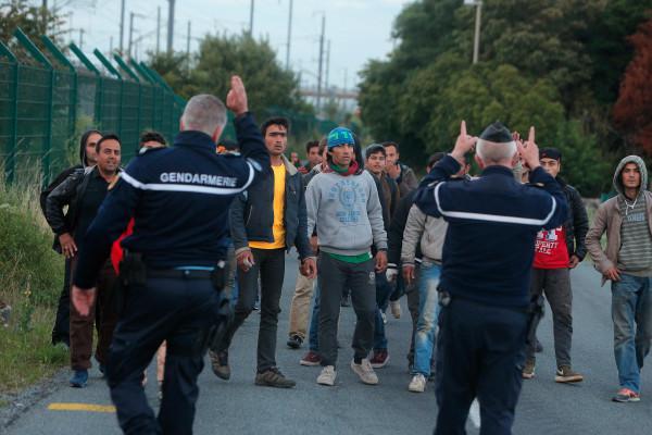 Il perentorio e inequivocabile invito della gendarmeria francese rivolto ai migranti che intendono passare il confine