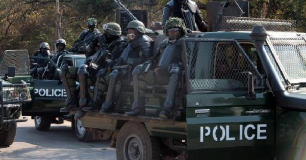 Forse di polizia dello Zambia nella cittadina di Lavington
