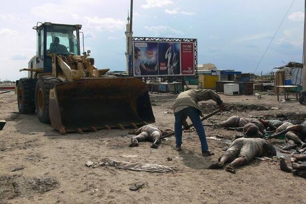 La raccapricciante immagine di vittime mentre vengono caricate su una ruspa
