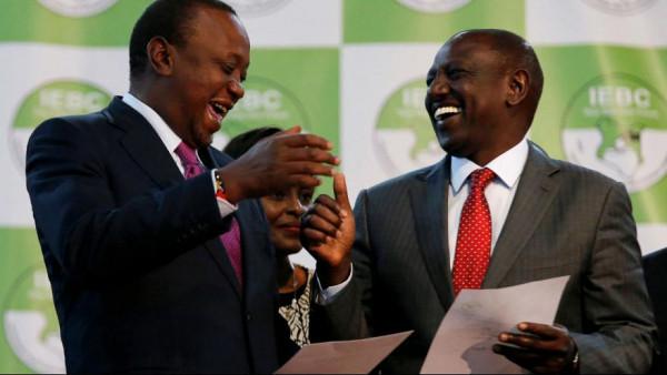 Il presidente Uhuru Kenyatta (a sinistra) con il suo vice William Ruto, gioiscono per la vittoria alle elezioni del 2017