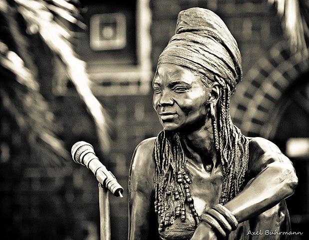 Statua di Brenda Fassie (2006) dell'artista Angus Taylor. La cantante è deceduta nel 2004 a 39 anni.