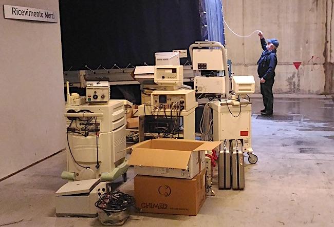 Parte delle attrezzature caricate su un camion all'ospedale di Rapallo. Foto di Pizzotti, scattata il 17 febbraio 2016