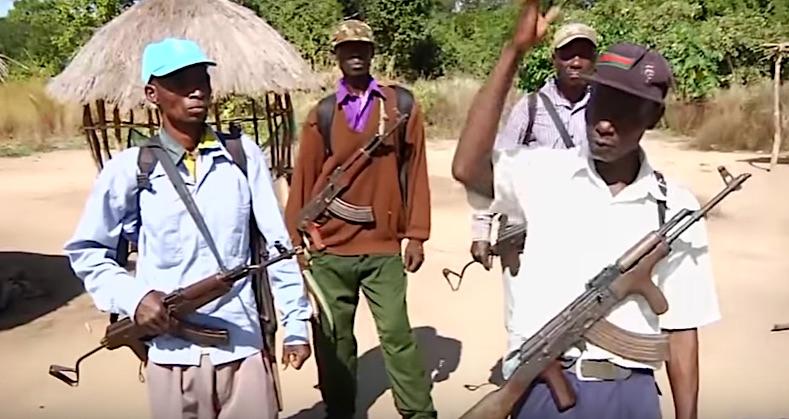 A destra: Mariano Nhungue Chissinga con alcuni miliziani RENAMO. Ha minacciato di morte il leader del suo partito se non si dimette (Courtesy Miramar)