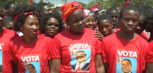 Giovani a un comizio di Filipe Nyusi a Nampula