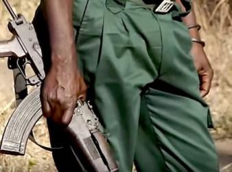 Mitra AK-47 in mano a un militare della Giunta Renamo