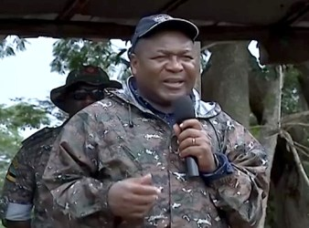 Il presidente Filipe Nyusi parla ai militari a Cabo Delgado