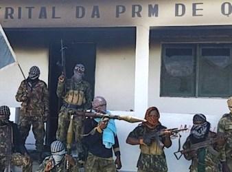Jihadisti armati con la bandiera dello Stato islamico davanti alla caserma di polizia di Quissanga