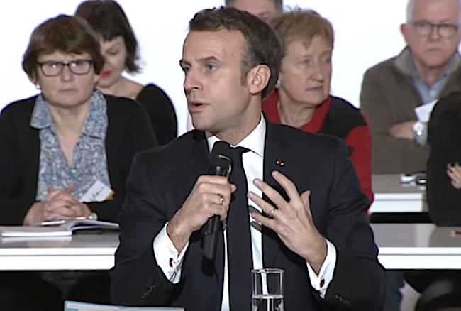 Il presidente francese, Emmanuel Macron, parla a margine della Convention Citoyenne pour le Climat