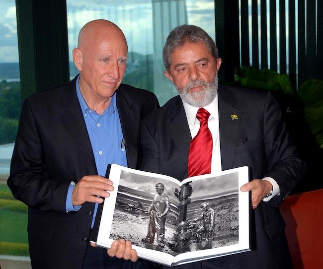 """Da sin. Sebastião Salgado e l'ex presidente brasiliano, Luis Inácio Lula da Silva, con il libro """"Trabalhadores"""" (2006)"""