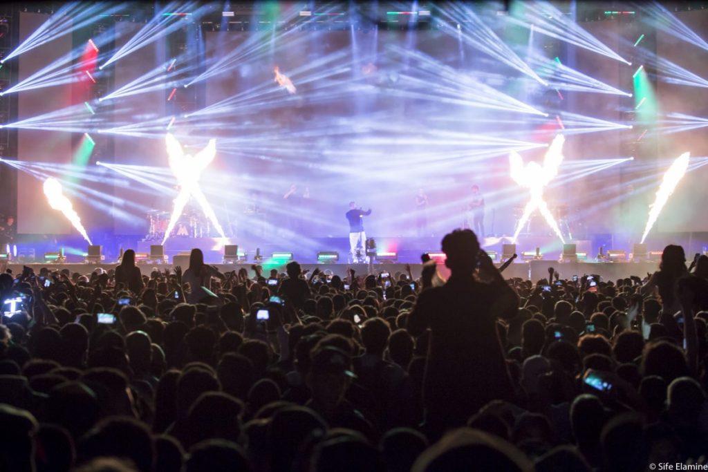 Des concerts inoubliables, des temps forts, des émotions partagées et un nouveau record de fréquentation ! Pour sa 18e édition, sous le Haut Patronage de Sa Majesté le Roi Mohammed VI, Mawazine a une nouvelle fois dépassé toutes les prévisions. Plus de 2 750 000 festivaliers sont venus cette année célébrer les valeurs du festival et de la musique et suivre les performances de plus de 200 artistes présents à Rabat et à Salé ! Cette audience historique vient confirmer la popularité exceptionnelle de Mawazine et l'attrait international du festival. La manifestation a en effet bénéficié d'une couverture médiatique impressionnante. Elle confirme également sa place d'événement musical le plus fréquenté de la planète, le titre de festival « N°1 » mondial récemment décerné par le site de référence Statista, l'un des principaux fournisseurs de données dans le monde. Ce nouveau record souligne aussi la pertinence du modèle de Mawazine et la place unique qu'occupe le festival aujourd'hui : ouvert à tous, gratuit, fédérateur et porteur de valeurs. Aussi, l'Association Maroc Cultures adresse-t-elle au public ses plus profonds remerciements pour sa présence et la fidélité dont il fait preuve depuis des années ! Pendant neuf jours, du 21 au 29 juin 2019, Mawazine a connu de véritables temps forts avec les performances d'artistes venus de toute la planète. Cette édition a ainsi été l'occasion pour les chanteurs et musiciens de découvrir l'engouement exceptionnel dont ils jouissent auprès des Marocains. Car s'ils ont plébiscité la qualité de l'organisation, les artistes ont également été conquis par l'extraordinaire accueil du public. Chaque concert a été l'occasion pour des centaines de milliers de personnes de reprendre en chœur les chansons de leurs célébrités préférées. Entre les stars et les festivaliers, les moments de partage ont brillé par leur intensité. Qu'il s'agisse du rappeur américain Travis Scott et son bain de foule à l'OLM Souissi. Ou des Black Eyed Peas, qui ont li