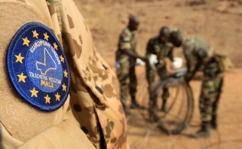 German engineers from Panzerpionierkompanie 550 training Malian troops in Koulikoro, as part of the EU Training Mission (EUTM). ©Bundeswehr/Andrea Bienert