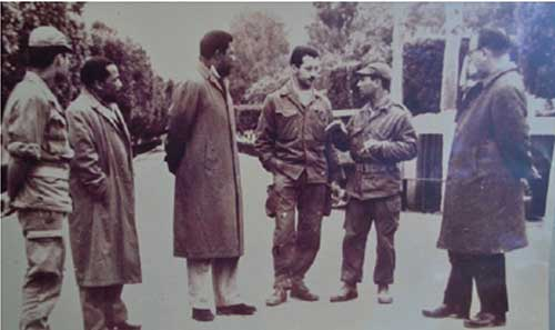 Foto 3: Mandela e diversi soldati algerini
