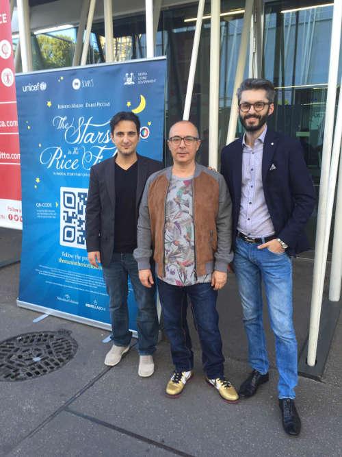 """il gonfalone de """"Le stelle nella risaia"""" con, da sinistra, Dario Picciau, Roberto Malini, Giorgio Serbanescu."""