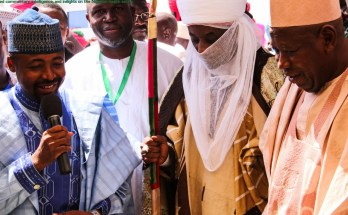 Kano State Commissioner for Health, Dr. Kabir Ibrahim leads the Emir of Kano, Muhammad Sanusi II, Kano State Governor, Ganduje Umar, SFH Nigeria Managing Director, Dr. Omokhudu Idogho and MNCH2 Project Director, Dr. Jebu Nyenwa to partner exhibition stands during the learning event. Photo credit: Nigeria Health Watch