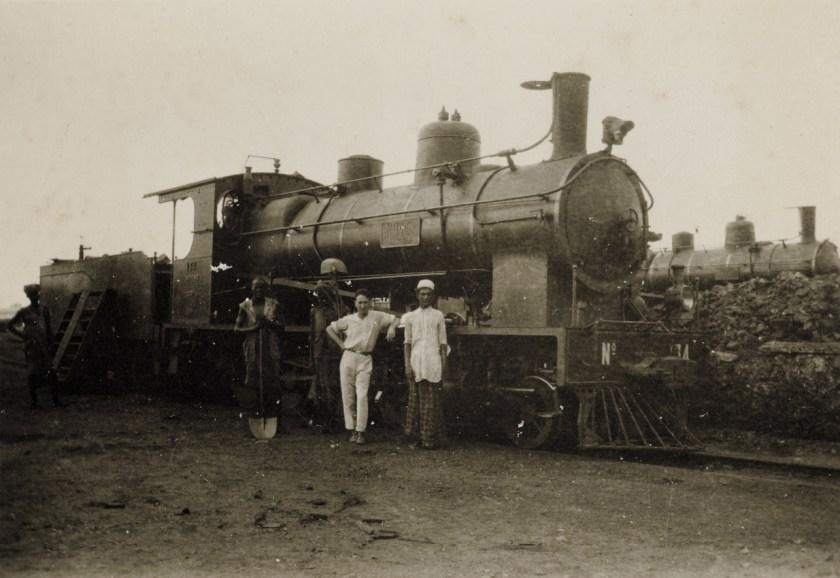 Jean Crozet à Djibouti devant la locomotive Ankober Coll. Jean-Pierre CROZET