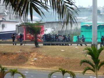 La police repousse les activistes