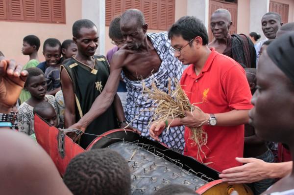 Edward le cuenta a Hazwan algunas de sus impresiones sobre la trilladora de arroz