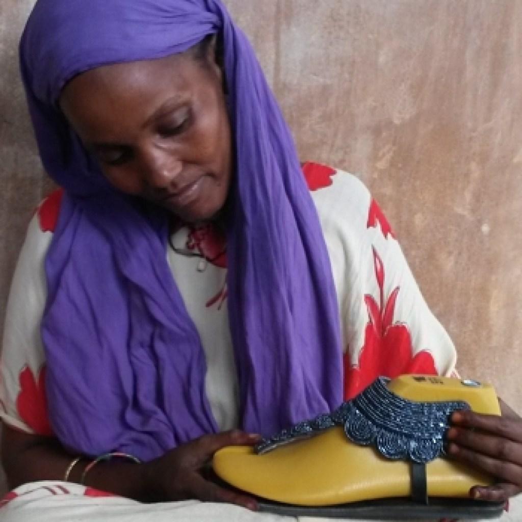Sandalias Alma en Pena fabricadas de forma artesanal por mujeres de Kenia
