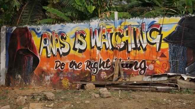 """""""Anas vous regarde, faites du bien"""", déclare un graffiti, à Accra."""