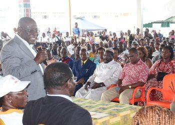 Le maire de Koumassi, Cissé Ibrahima Bacongo face aux populations. Photo: DR