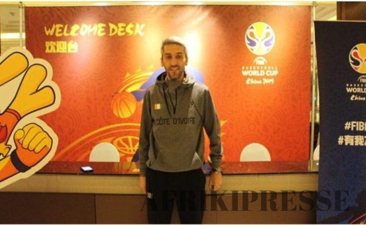 Paolo Povia, coach des éléphants basketteurs et une vue des joueurs ....