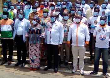 Raymonde Goudou Coffie entourée des nouveaux adhérents Rhdp. Photo: DR
