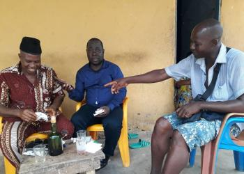 notre reporter ( au centre), avec les  voisins de la famille Ani.
