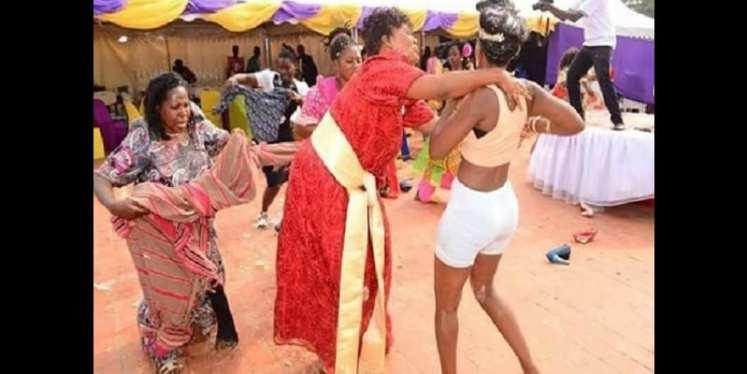 Insolite: prise d'une crise de folie, elle se met à se déshabiller le jour de son mariage (photos)