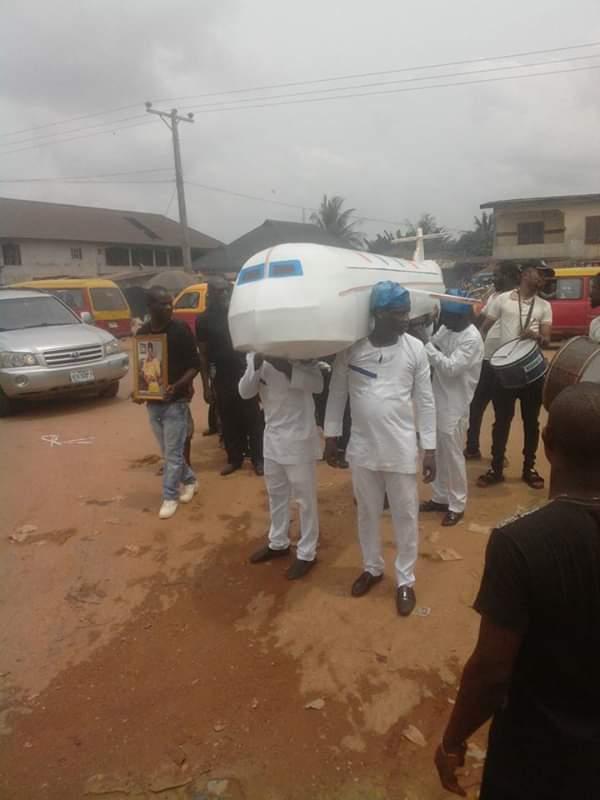 Nigeria : un homme enterré dans un cercueil en forme d'avion (Photos)