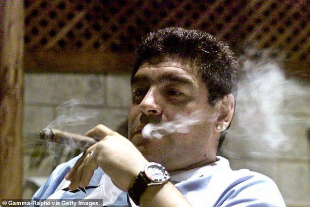 """Révélation: Diego Maradona s'est """"filmé"""" au lit avec une fille de 16 ans, après l'avoir droguée"""