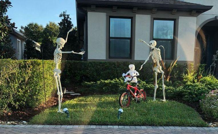 Photo of Hilarious: Halloween skeletons pose every day in a different position
