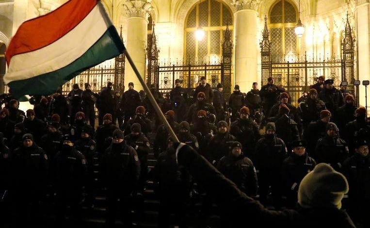 Photo of Hungarians once again take to the streets against 'slave law'