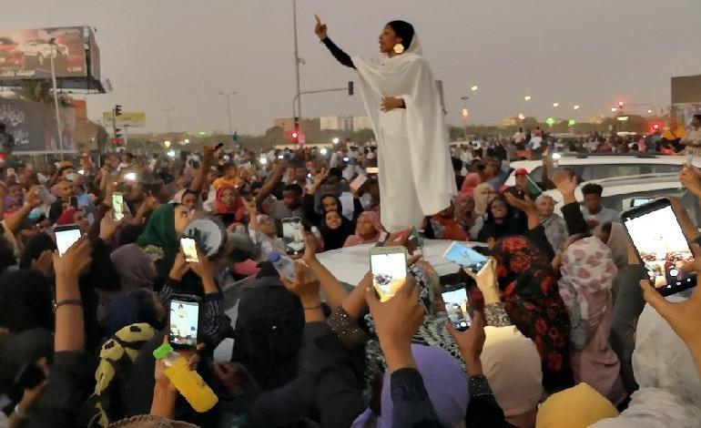 Photo of Iconic lady Alaa Salah behind the Sudan Uprising