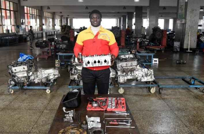 Sergio Thompson, the Ghanaian who works blindfolded