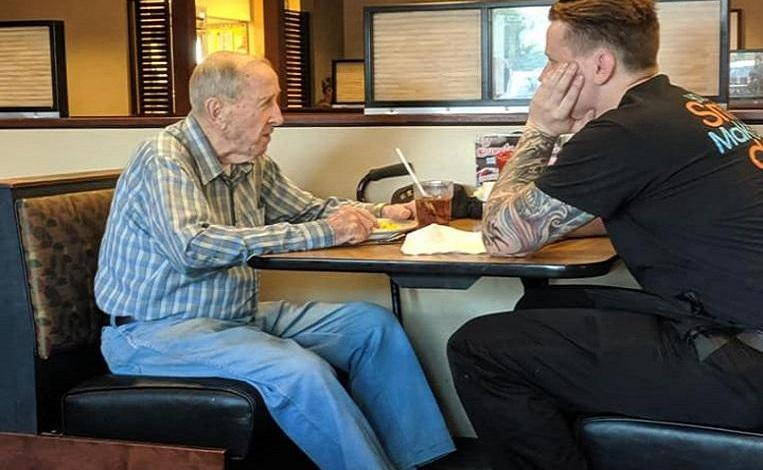 Photo of Young waiter joins lonely veteran (91) and endears Facebook