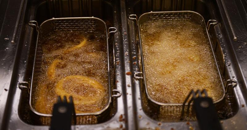 Manageress fryer throws glowing hot frying oil at robbers