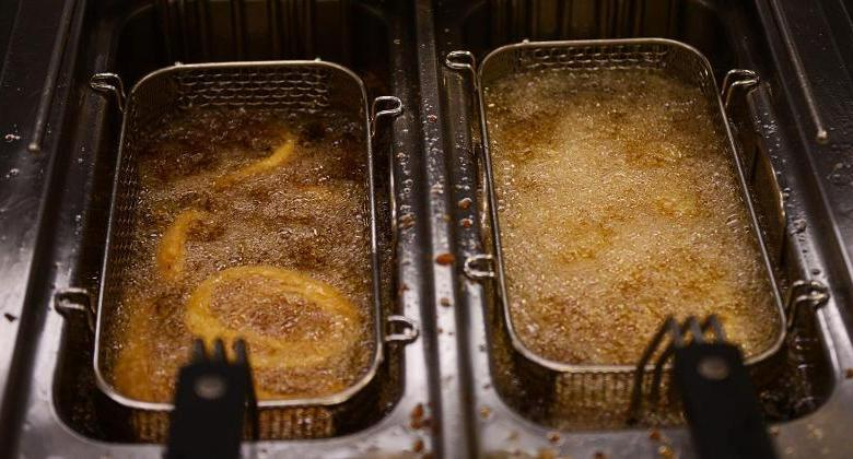 Photo of Manageress fryer throws glowing hot frying oil at robbers