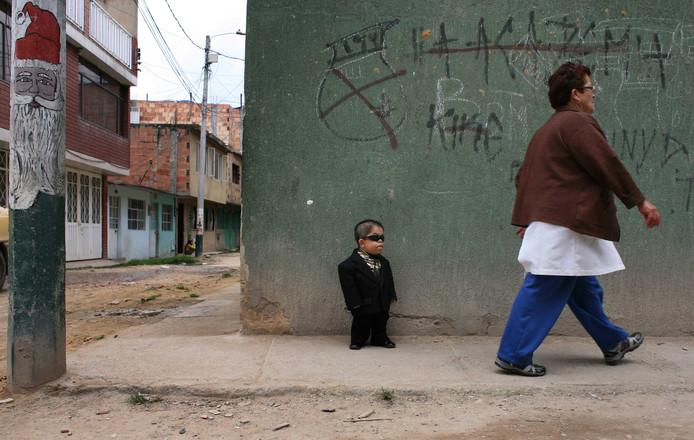 Photo was taken in 2010 by Edward Nino Hernandez, who now bears the title for the shortest mobile man in the world