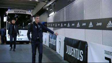 Photo of Funny action: Ronaldo shakes hands with 'ghost fans'