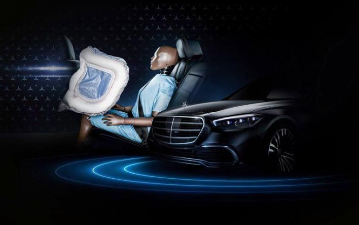 A drawing of the rear seat airbag in the new Mercedes-Benz S class. This drawing also reveals what the nose of the new limo will look like.
