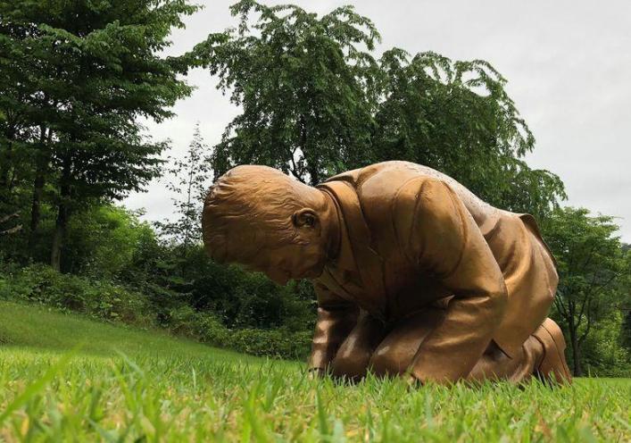 The statue resembles Japanese Prime Minister Shinzo Abe.