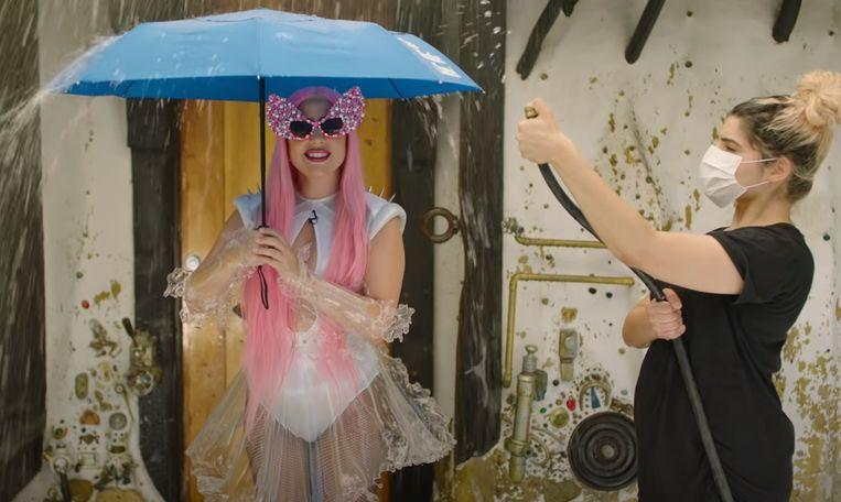 "Photo of Lady Gaga and Ariana Grande present weather forecast: ""We are soaked"""