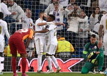 Real Madrid's Brazilian forward Rodrygo (C) celebrates with Real Madrid's French forward Karim Benzema after scoring during the UEFA Champions League Group A football match between Real Madrid and Galatasaray at the Santiago Bernabeu stadium in Madrid, on November 6, 2019. (Photo by PIERRE-PHILIPPE MARCOU / AFP)