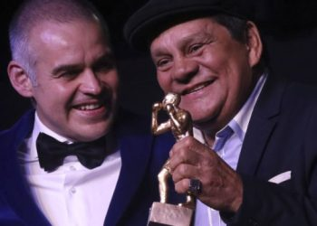"""(FILES) In this file photo taken on July 27, 2017, former Boxing Champion of the World from Panama """"Manos de Piedra"""" Roberto Duran (L) and WBA President Gilberto Mendoza from Venezuela hold up a trophy at the Opening Gala of 96th World Boxing Association Convention in Medellin, Colombia. – Former world boxing champion Panamanian Roberto """"Manos de Piedra"""" Duran, was hospitalized on June 25, 2020, with COVID-19, although his life is not in danger at the moment, announced one of his sons, the same day Panama broke its daily record for new cases of the novel coronavirus. (Photo by JOAQUIN SARMIENTO / AFP)"""