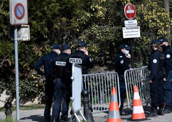 Police officers cordon off the area near the house of French businessman Bernard Tapie and his wife Dominique Tapie in Combs-la-Ville, southeastern suburbs of Paris, on April 4, 2021, after they were assaulted during the night by four men who entered their house before fleeing with jewelry. (Photo by STEPHANE DE SAKUTIN / AFP)